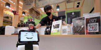 ais-โชว์-หุ่นยนต์-5g-เสิร์ฟกาแฟ-ของหวาน